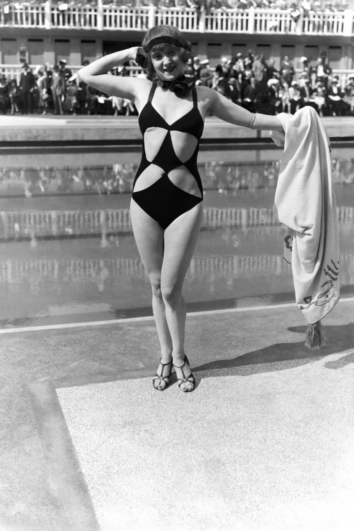 Woman wearing cut-out swimming suit at the Aquatic gala at Molitor swimming pool, on June 23, 1931 in Paris