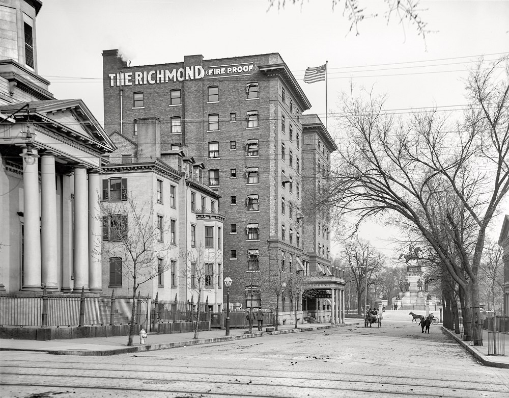 Grace Street and Capitol Square east from 8th, Richmond, Virginia, circa 1907