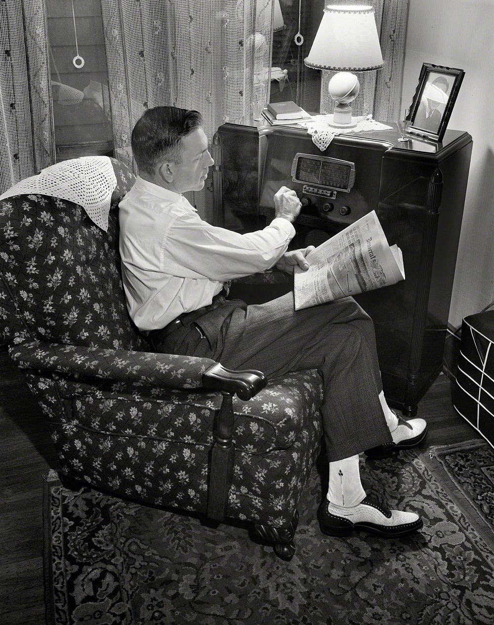 Mr. Babcock tuning in for war news, Rochester, New York, March 1943