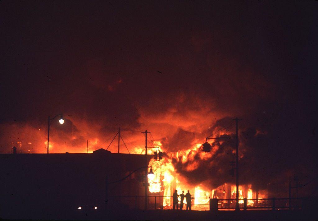 Éjszakai kilátás a tüzekről, a folyamatos zavargások nyomán, a város északnyugati részén, Detroitban, Michigan, 1967