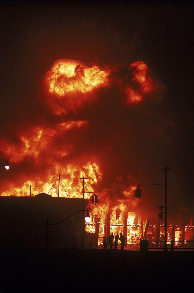 Épület égett a városban zajló verseny zavargások során, 1967