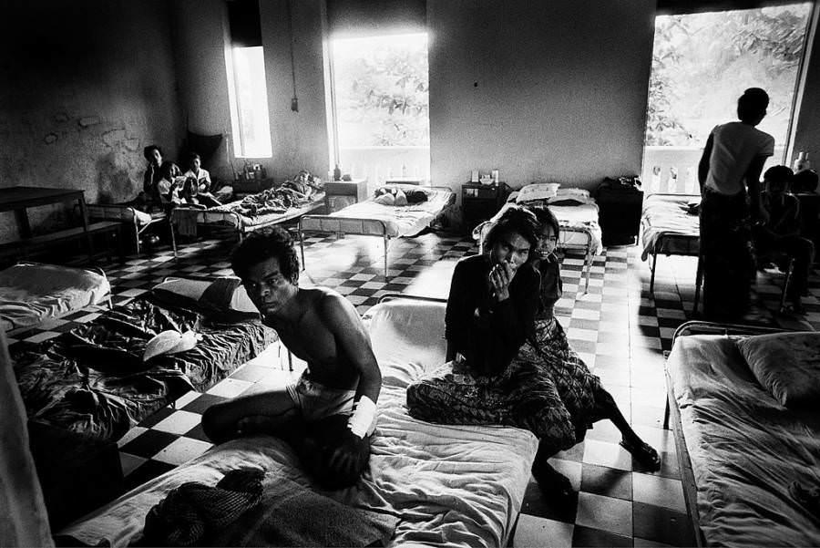 A sérült emberek elrejtőztek a kórházban, mielőtt a főváros teljes khmer Rouge-ellenőrzés alatt állt, 1975-ben