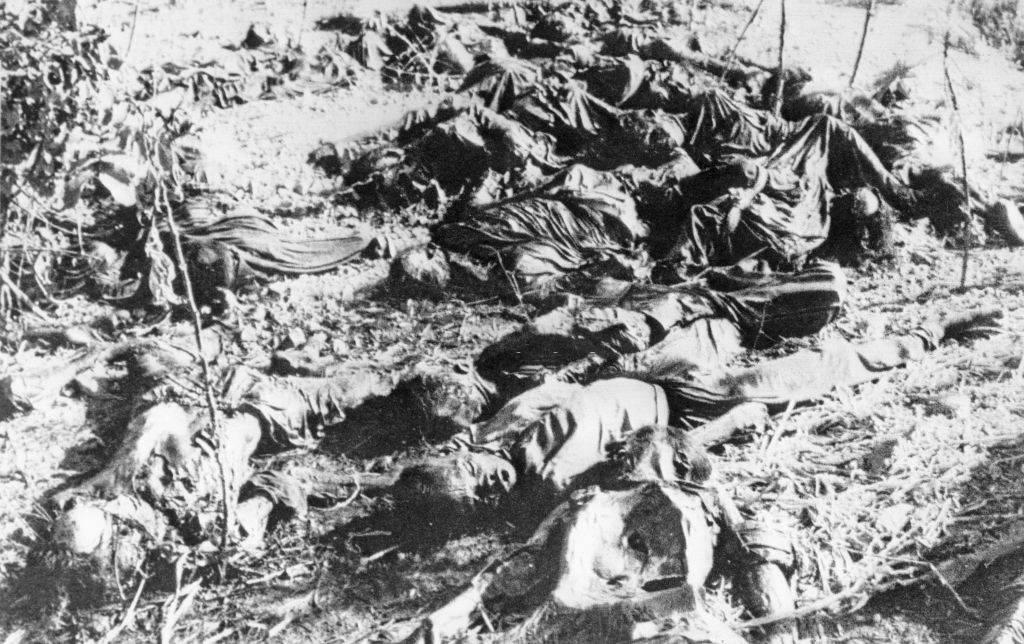 Holttesteket találtak a korábbi Khmer Rouge kormány által vezetett börtönben, kb. 30 km-re északnyugatra Phnom Penh-től, Kambodzsában, 1979. február 28-án.