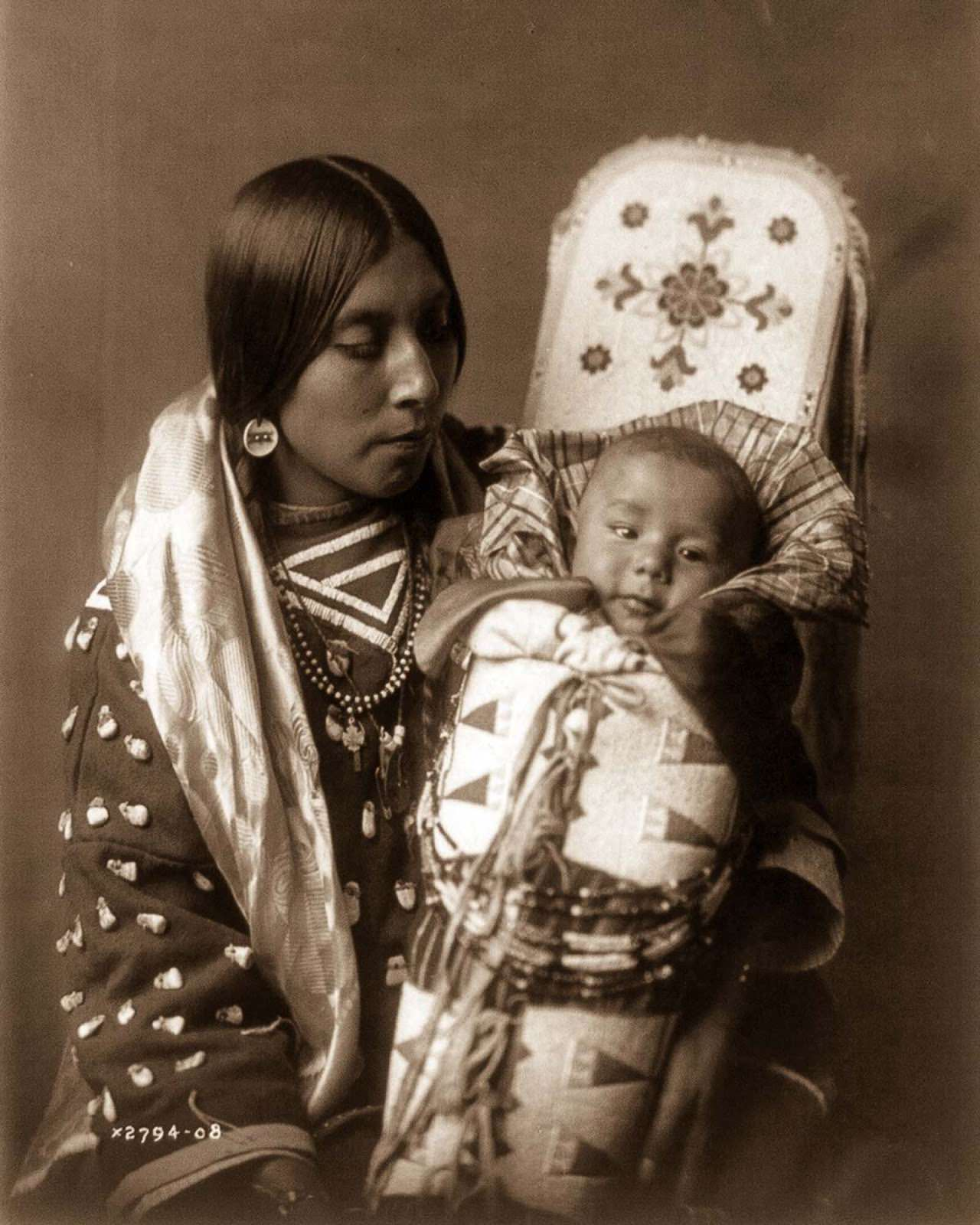 An Apsaroke mother and child. 1908.