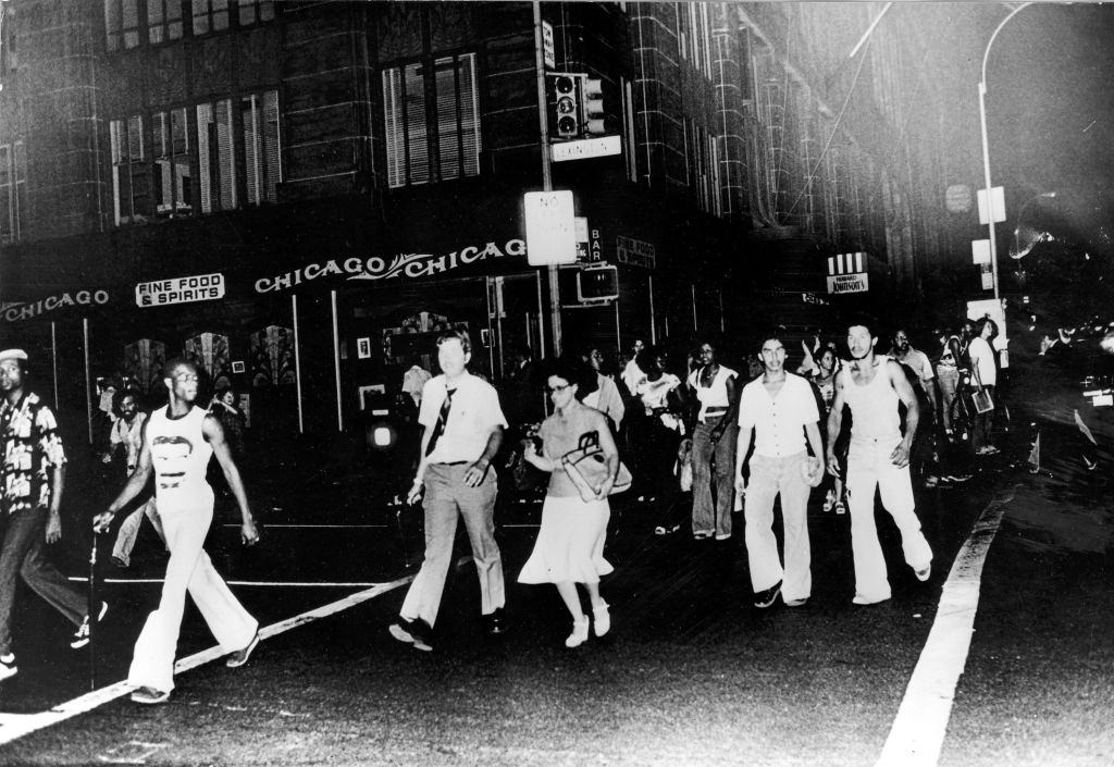 A crowd of New Yorkers make their way home during a power cut after a power station was struck by lightning July 13, 1977