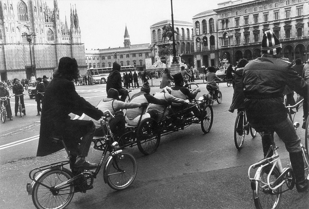 Many people decided to use the bicycle because of the oil crisis. Milan, December 1973.