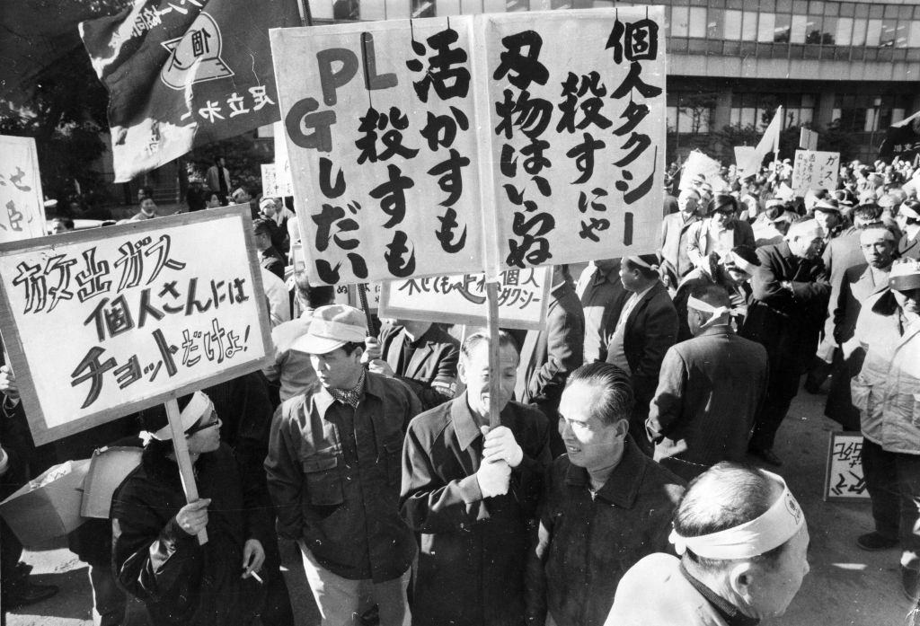 Private taxi drivers stage a rally demanding the release of the liquefied petroleum gas amid the oil crisis on December 11, 1973 in Tokyo, Japan.