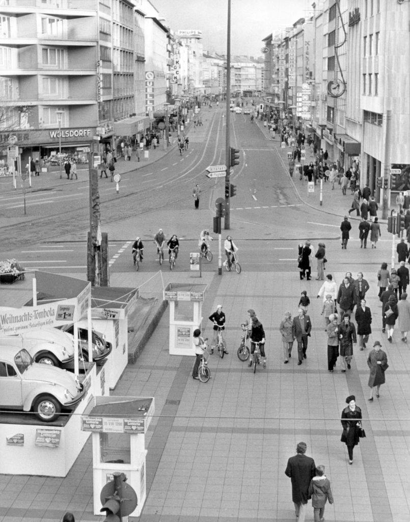 """Cyclists and pedestrians populate Schadow-Straße in Düsseldorf on the first """"Sunday without a car""""."""