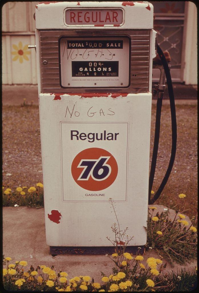 During the fuel crisis, independent dealers and major oil company dealers began to close some stations permanently.