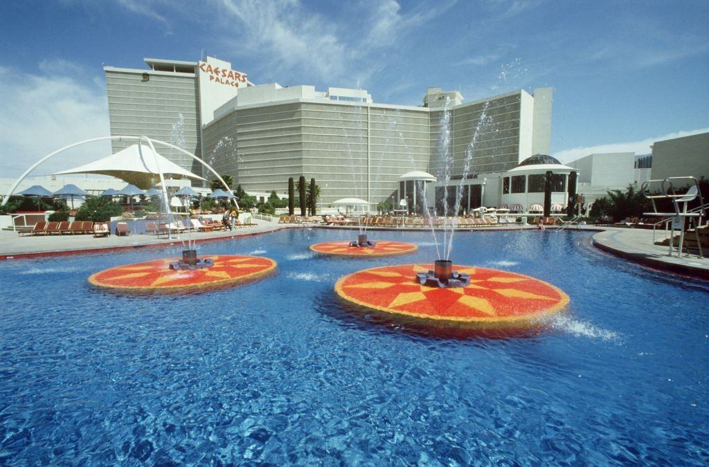 Water basin with fountains to the hotel casino Caesars Palace in the gaming paradise Las Vegas, 1981.