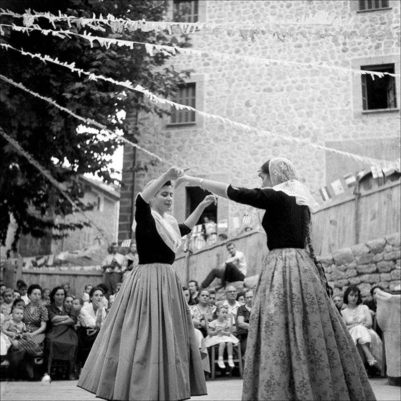 Women dancing boots with people looking around in Fornalutx, 1957