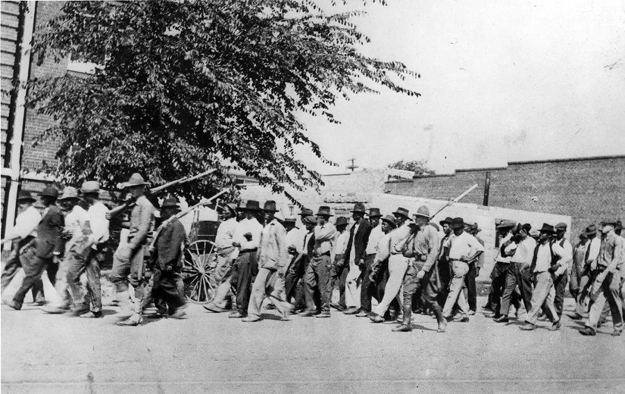 A Nemzeti Gárda csapatainak fegyveres fegyveres fegyvereket kísért fegyveres fegyvereit 1921 júniusában a Tulsa kongresszusi teremben tartózkodó fegyveres fegyverek kíséretében tartották el, és fegyveres fegyvereket szállítottak.