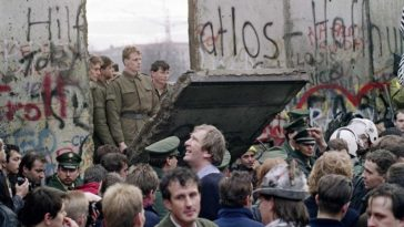 The Fall of Berlin Wall: Powerful Photos Show the Historic German Reunification in 1989