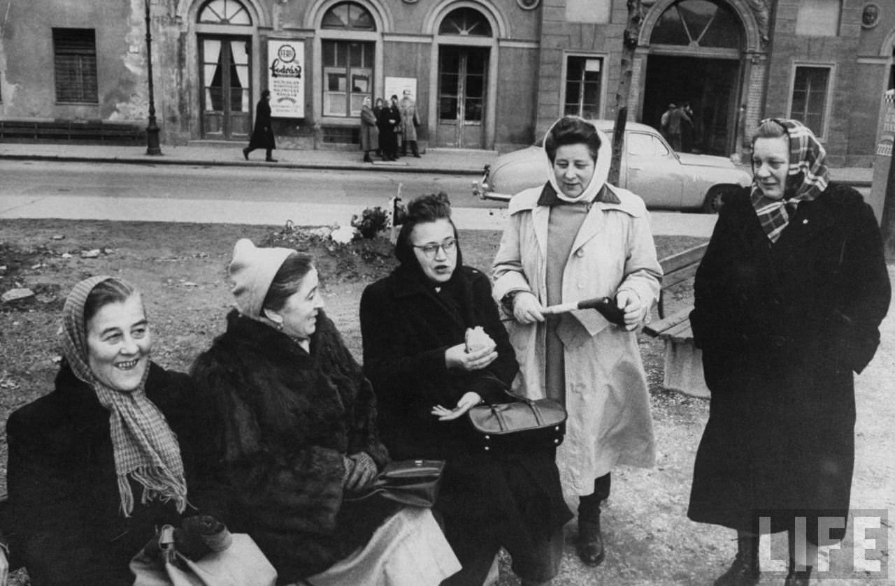 Hungarian women during the revolution.