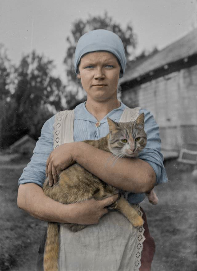 A young woman and a cat photographed by the Finland-Swedish poet Edith Södergran, 1910s