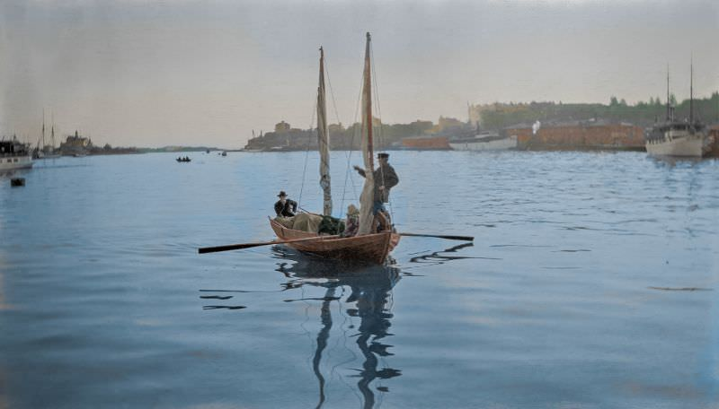 A small boat approaching Helsinki's Southern harbor, 1900s.