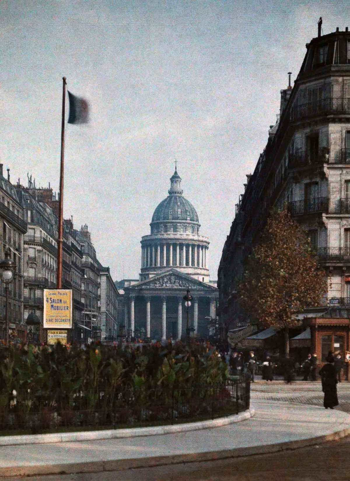A view down the street to the Panthéon.