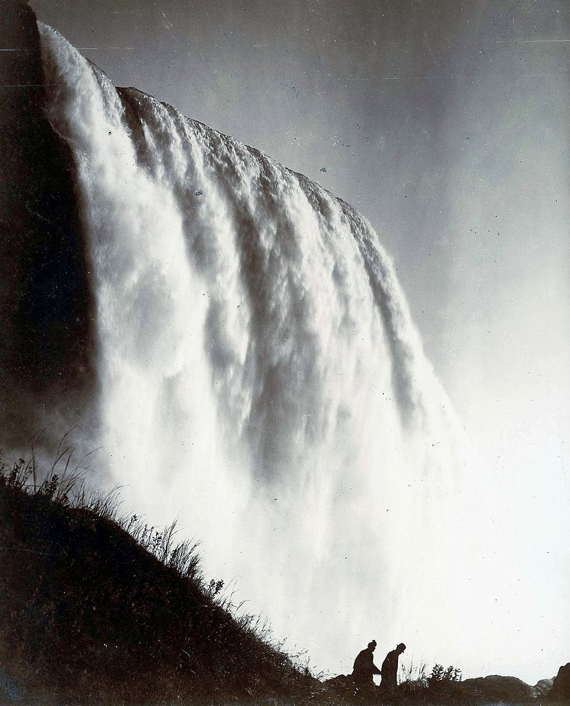 A spectacular picture of the Niagara falls from the American side, 1920.