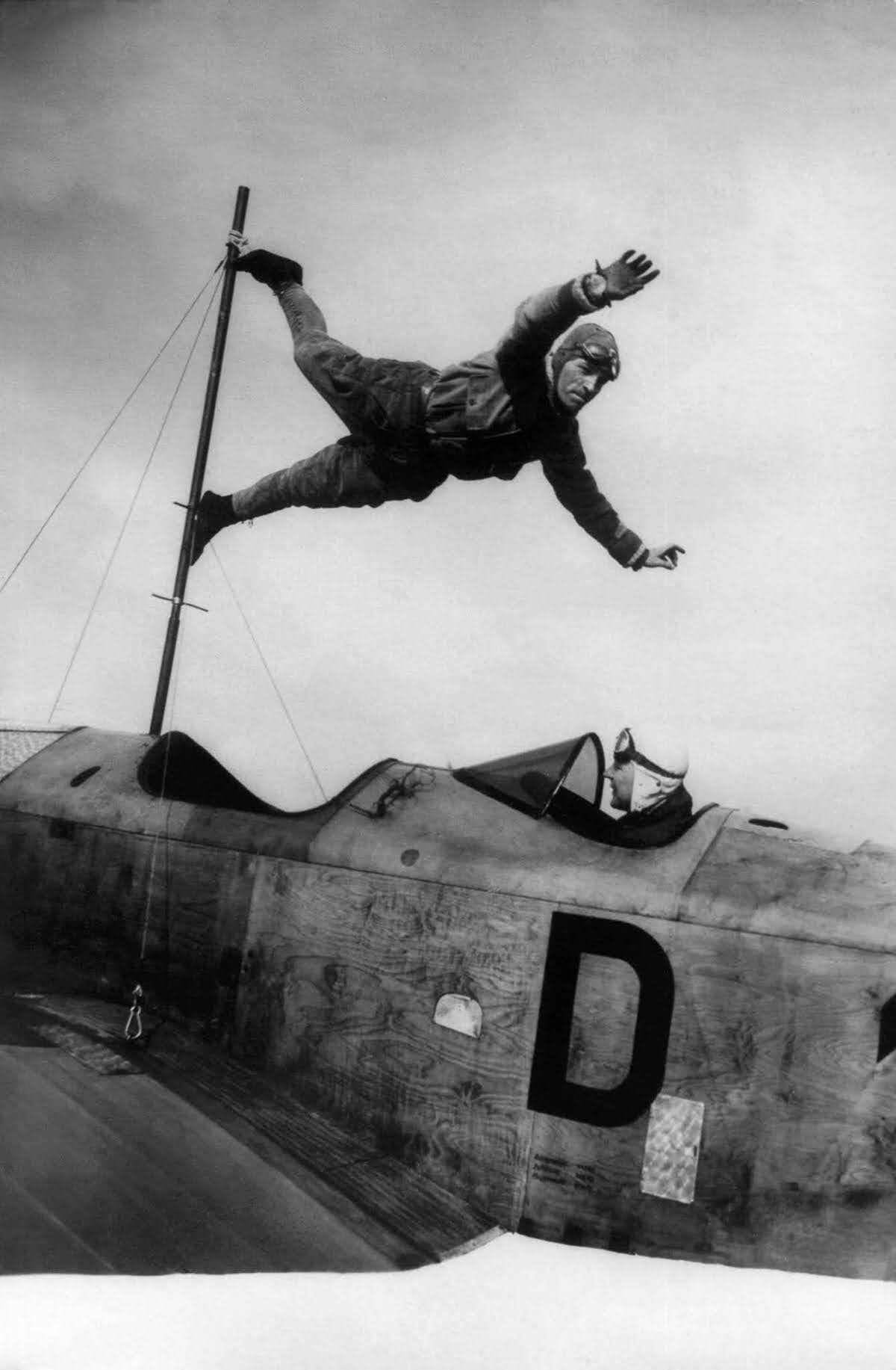 Richard Schindler practices a trick on a Klemp plane piloted by Richard Perlia, 1927.