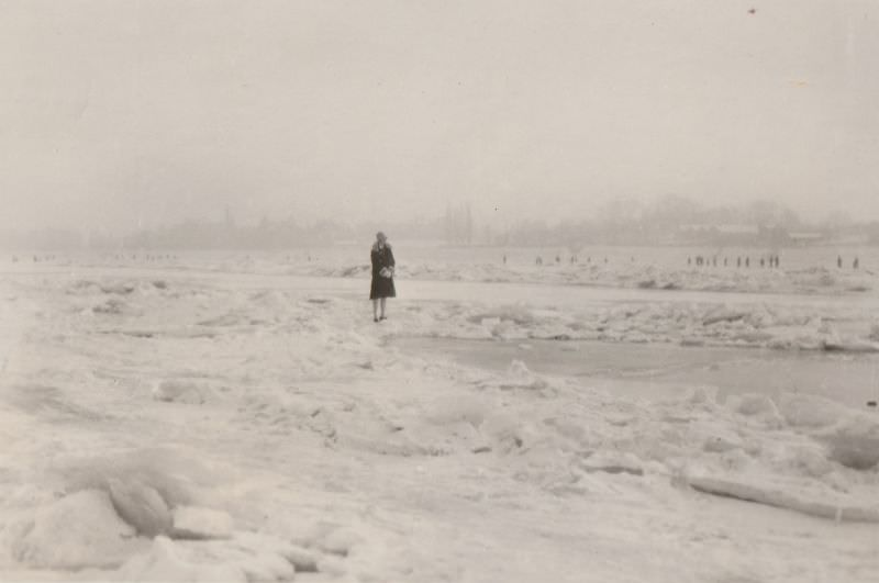 The partly frozen waters of the Rhine and Bonn's old Rhine Bridge, 1927