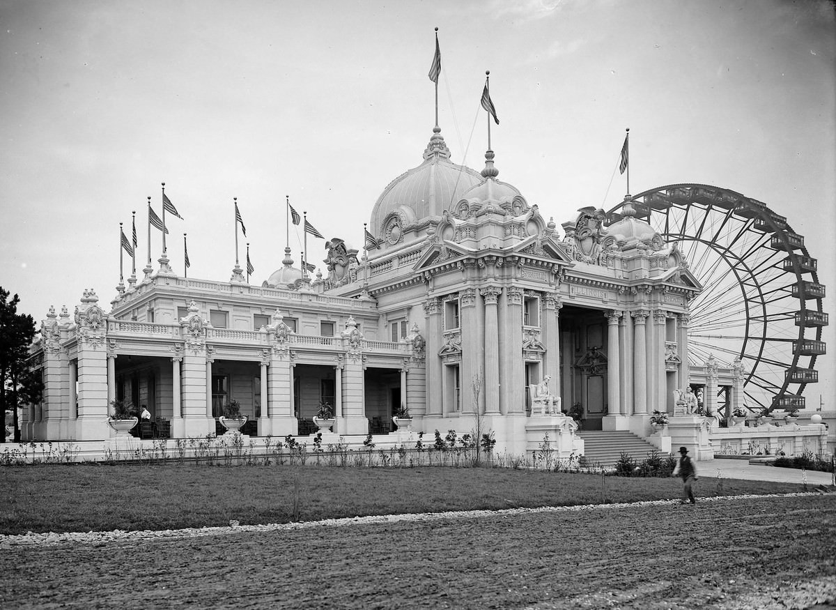 Statues of Abraham Lincoln and Ulysses S. Grant flank the entrance to the Illinois State building, photographed at the 1904 World's Fair in June 1904.