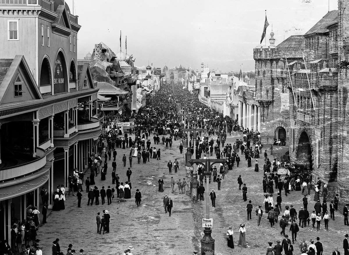 A view of fair visitors crowding the Pike on Pike Day, June 4, 1904. The Pike was the main thoroughfare of amusement concessions at the fair.