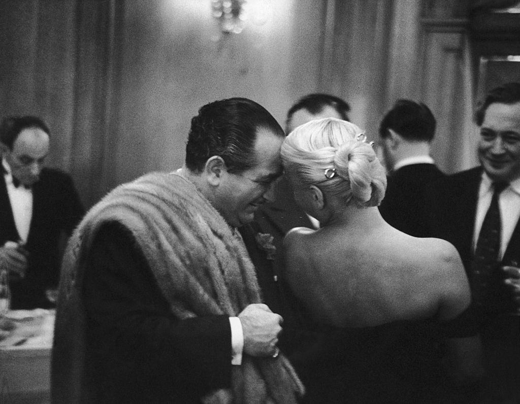 Barbara Payton with prdocuer Alexader Paal at the Savoy Hotel, London, 1952.
