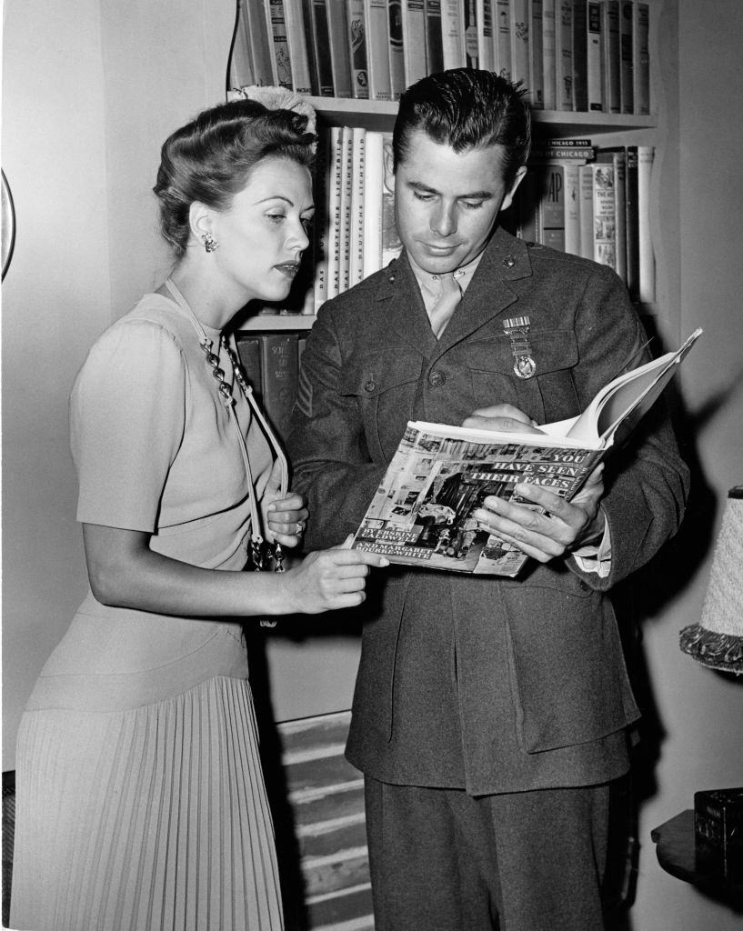 Eleanor Powell and Glenn Ford in the movie 'You Have Seen Their Faces', 1943.