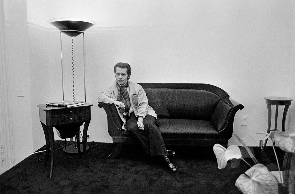 Karl Lagerfeld relaxes at his home in Paris، 1976۔