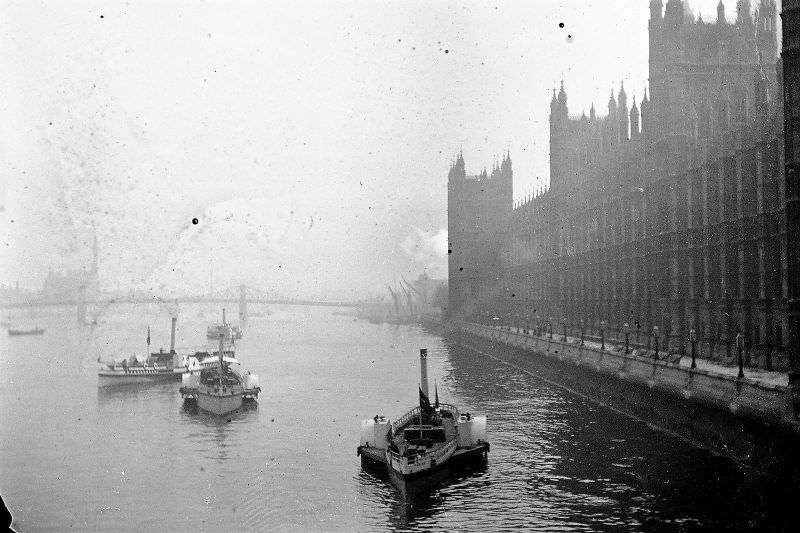 Side-wheelers on the Thames