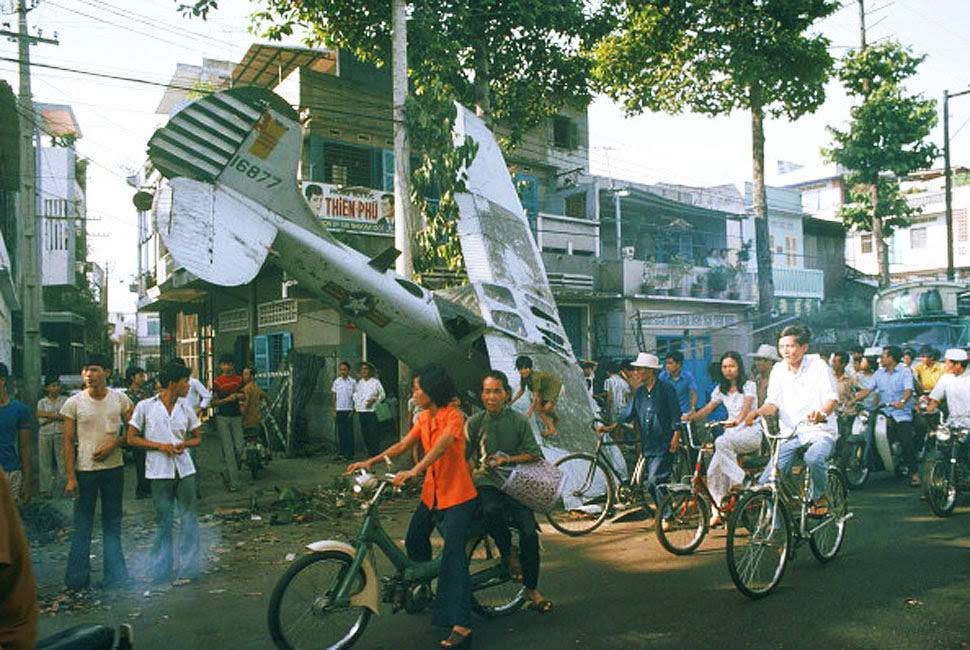 A small South Vietnamese plane deliaison was probably crushed with fuel course in a suburb of Saigon at the time of an attempt in escape.
