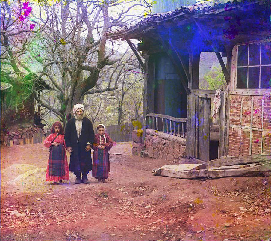 A mullah with his female students near the Artomelinskaia mosque in Artvin, 1910s
