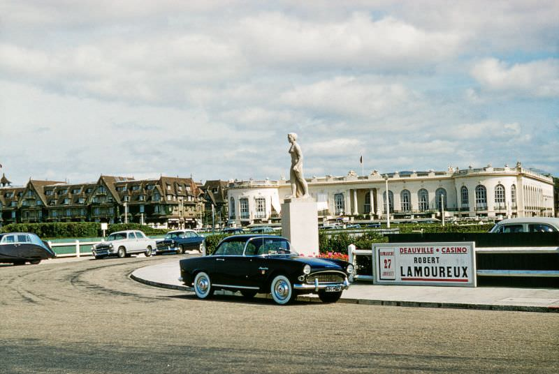 Deauville Casino (the white building to the right), and the Hôtel Barrière Le Normandy (the brown building on the left) from Rue de la Mer, 1958